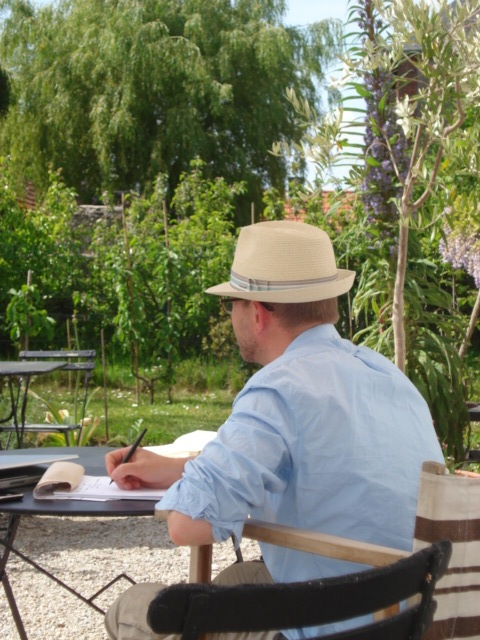 travail-au-soleil-avec-chapeau_toutpourchanger